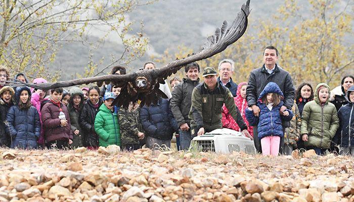 La Junta traslada a los escolares la importancia de preservar en la región la biodiversidad y las especies vulnerables como el buitre negro