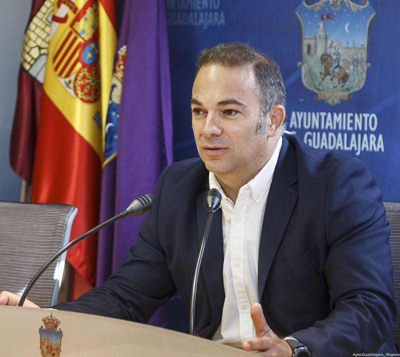 """Carnicero lamenta la """"decepción"""" del PSOE y Sara Simón porque Antonio Román haya dado la cara en la Comisión del Mercado de Abastos"""
