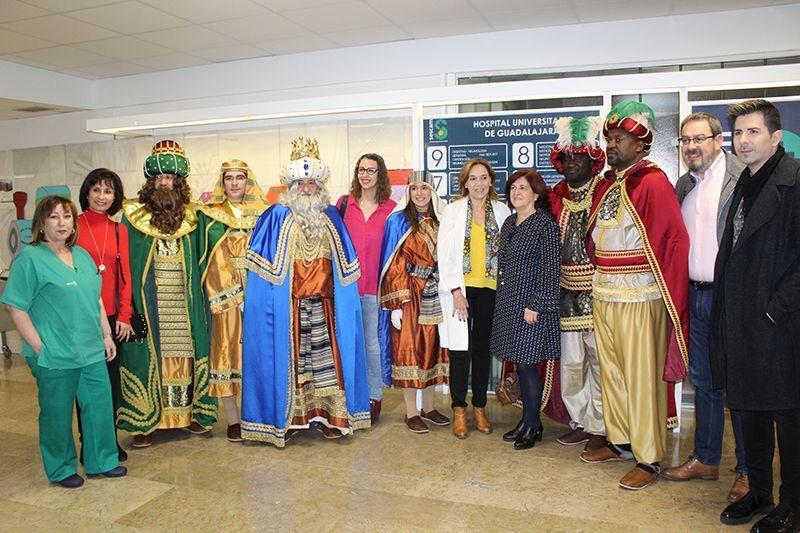 Los Reyes Magos visitan los pacientes del Hospital Universitario de Guadalajara