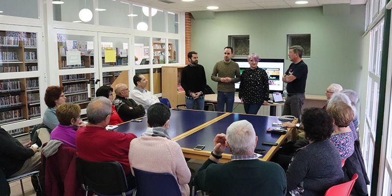 Una quincena de personas mayores inician en la Biblioteca de Cabanillas el Taller de Smartphones de la Fundación Telefónica