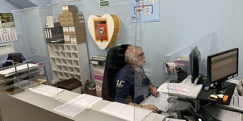 DESTINA completa la protección antiCOVID19 de sus empleados con mamparas en las mesas enfrentadas