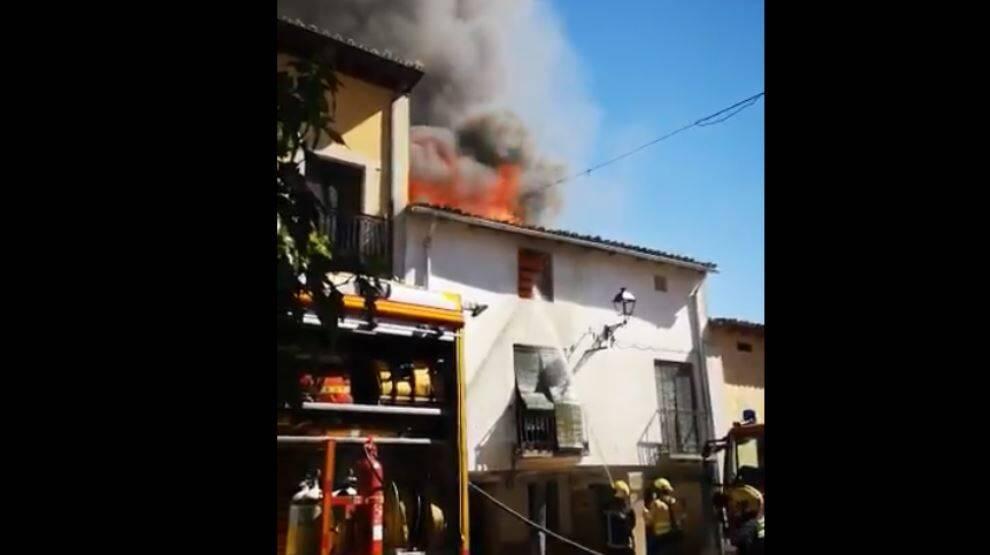 Trasladado al hospital un bombero tras sufrir un golpe de calor mientras apagaba un incendio en Tendilla
