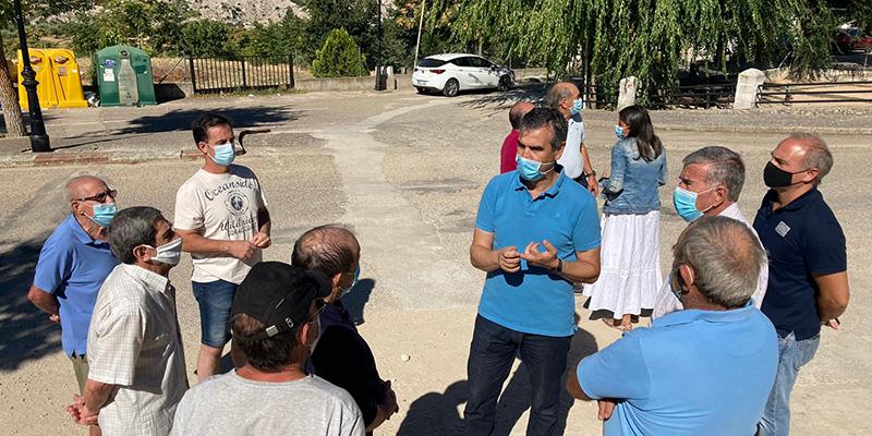 El senador Antonio Román muestra su apoyo a los vecinos de Córcoles por las restricciones de agua