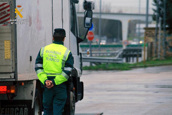 La Guardia Civil investiga al conductor de un camión que conducía por Cabanillas superando en más de seis veces la tasa de alcoholemia