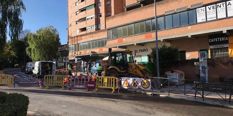 Cortada al tráfico la calle Cardenal González de Mendoza por la rotura de una tubería que afecta al suministro de once bloques