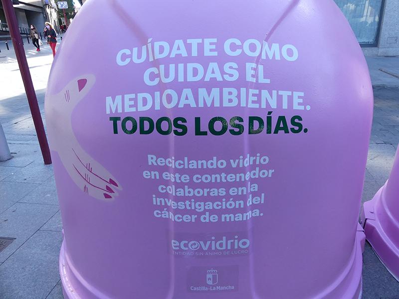 El  Ayuntamiento de Guadalajara se suma a la campaña solidaria 'Recicla vidrio por ellas' de apoyo a la lucha contra el cáncer de mama