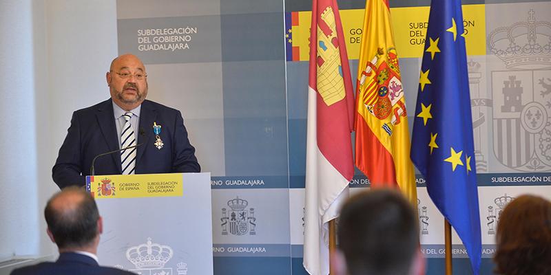 Mercedes Gómez entrega la Cruz de la Orden del Mérito Civil a Vicente Plaza, jefe de Protección Civil de la ciudad de Guadalajara