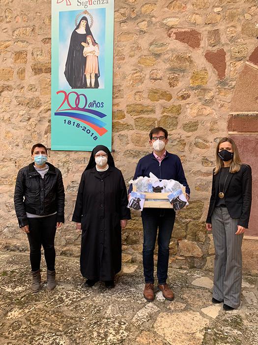El Ayuntamiento de Sigüenza reparte mascarillas reutilizables a todos los empadronados