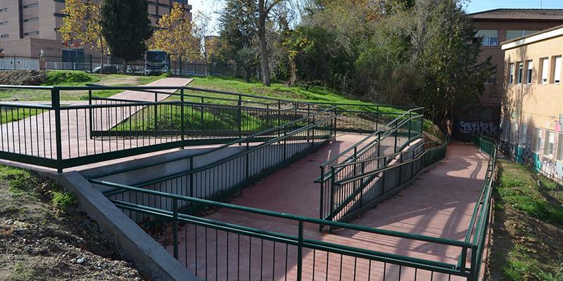 El Gobierno regional facilita la accesibilidad al alumnado del IES Buero Vallejo con la renovación de una rampa de entrada al centro