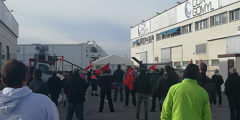 Movilización de la plantilla de Cox Gomyl-Alovera para exigir la readmisión de un delegado sindical de CCOO despedido por la empresa