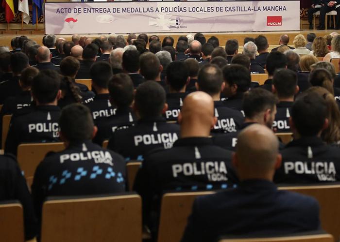 El Gobierno regional entrega 96 condecoraciones de Policía Local a personas destacadas por su trayectoria, una actuación meritoria o la permanencia en el servicio