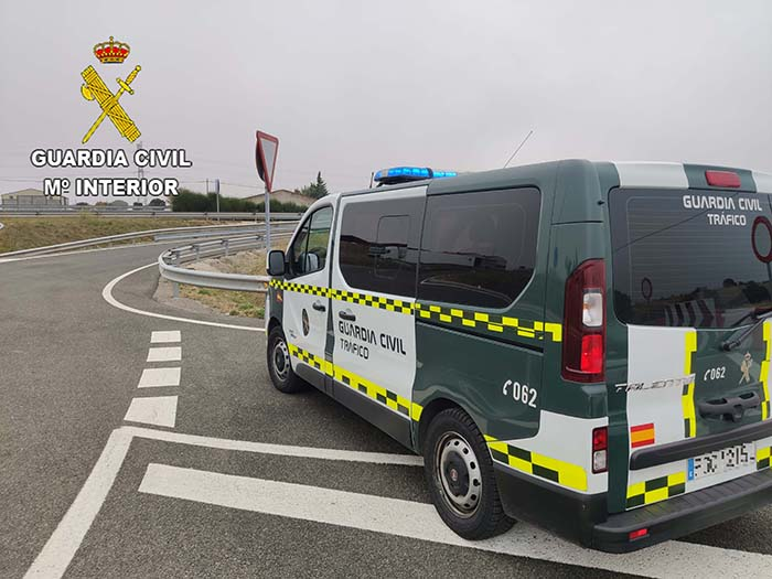 La Guardia Civil de Guadalajara investiga al conductor de un turismo que cuadriplicó la tasa de alcoholemia tras chocar contra un autobús escolar