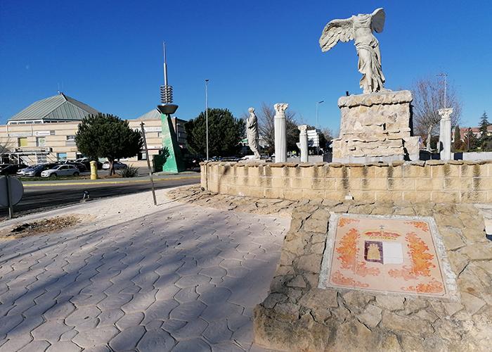 El Ayuntamiento de Villanueva de la Torre acondiciona el interior de tres rotondas del municipio