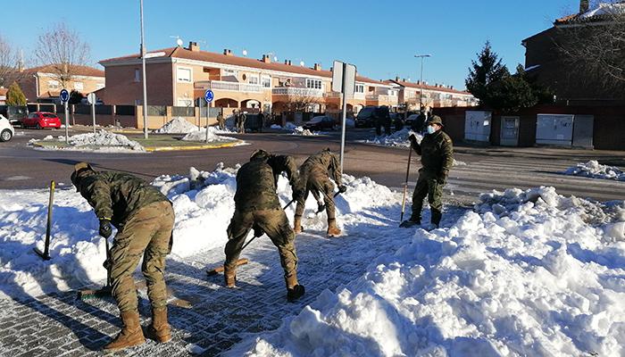 Villanueva de la Torre recibe a una veintena de militares para ayudar en la retirada de hielo y nieve