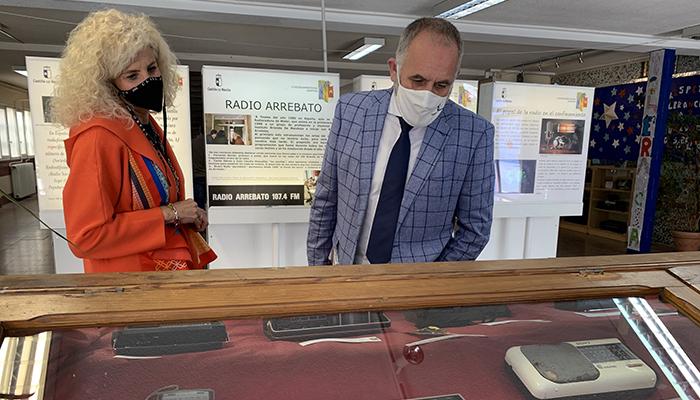 El delegado de Educación visita la exposición de radios organizada por la comunidad educativa del IES Brianda de Mendoza