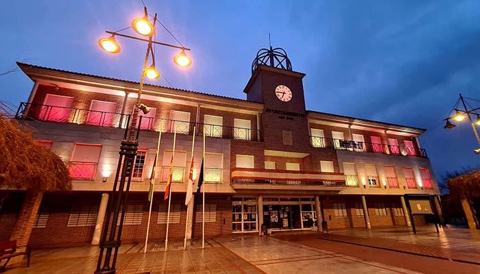 La fachada del ayuntamiento de Cabanillas estrena por San Blas su nueva iluminación ornamental