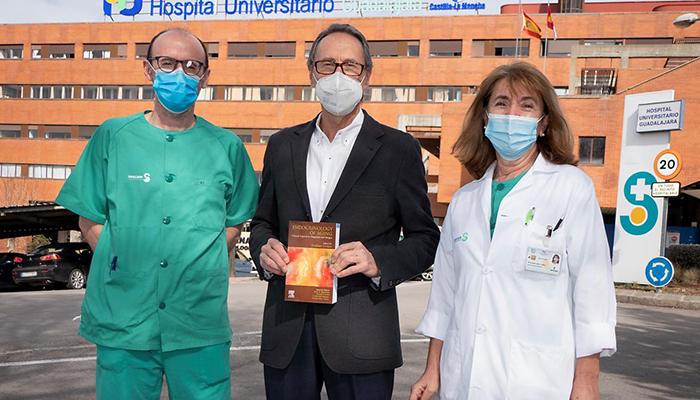 Un endocrinólogo del Hospital de Guadalajara dirige un libro que aborda la endocrinología clínica del envejecimiento y su importancia en el diagnóstico y tratamiento