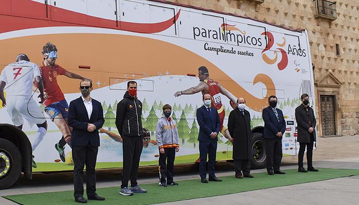 Rojo felicita al Comité Paralímpico Español en su 25 aniversario, que hoy hace parada en la ciudad con un autobús promocional