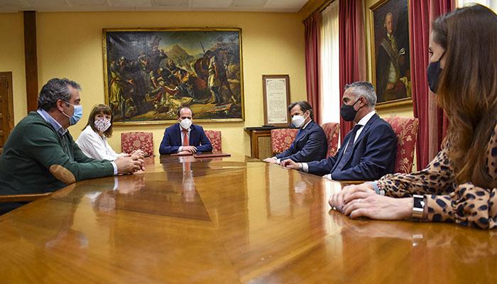 El Ayuntamiento de Guadalajara firma un convenio de colaboración con la cadena Hipercor para la alimentación de las especies del Zoo Municipal