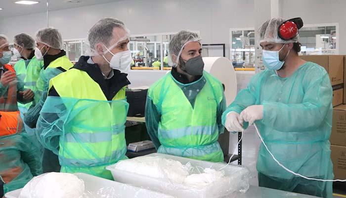 García Salinas visita la planta de Ilunion en Cabanillas donde ya se fabrican 80.000 mascarillas quirúrgicas diarias