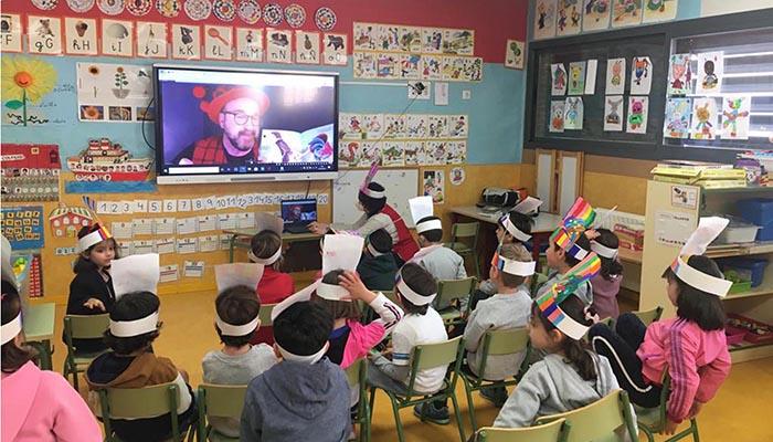La distancia no impide el éxito de los «encuentros de autor» con estudiantes de los colegios de Cabanillas