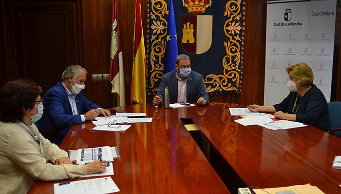 Robles analiza con la alcaldesa de Alovera cuestiones sanitarias y educativas relativas al municipio