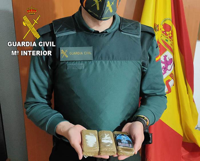 La Guardia Civil detiene en Mondéjar a dos personas por tráfico de drogas llevaban tres tabletas de hachís de unos 300 gramos