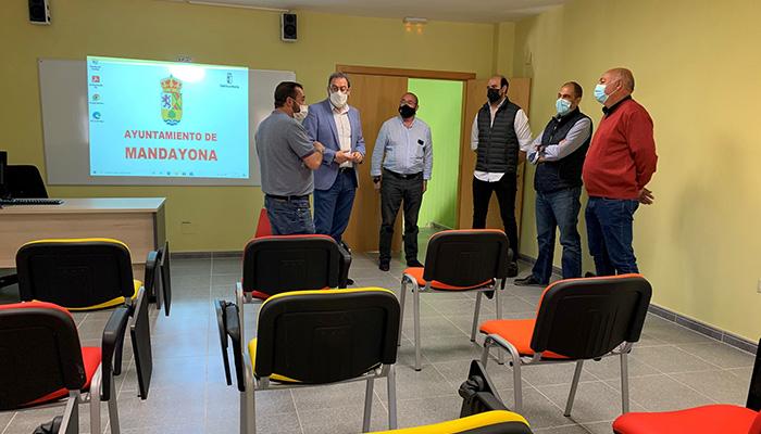 Robles visita el espacio de coworking de Mandayona que abre nuevas posibilidades para la generación de empleo en el municipio