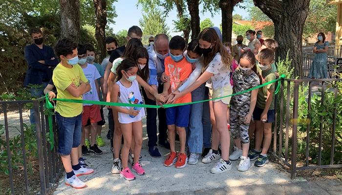 El aula del Centro Rural Agrupado ´La Encina´ de Cogolludo gana en seguridad con la instalación de un nuevo vallado perimetral
