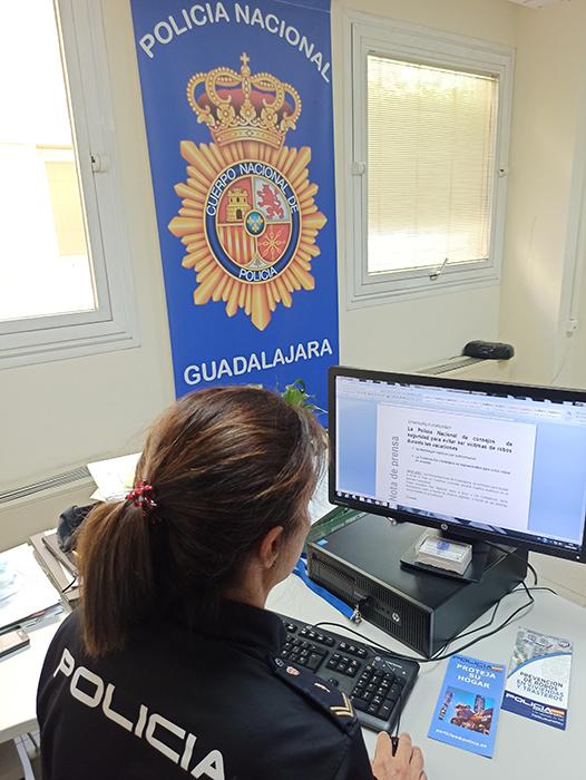 La Policía Nacional distribuirá a los ciudadanos de Guadalajara trípticos con consejos para evitar robos en viviendas
