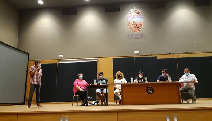 Sindicatos, asociaciones y colectivos convocados por Podemos Guadalajara reivindican más derechos LGTBI