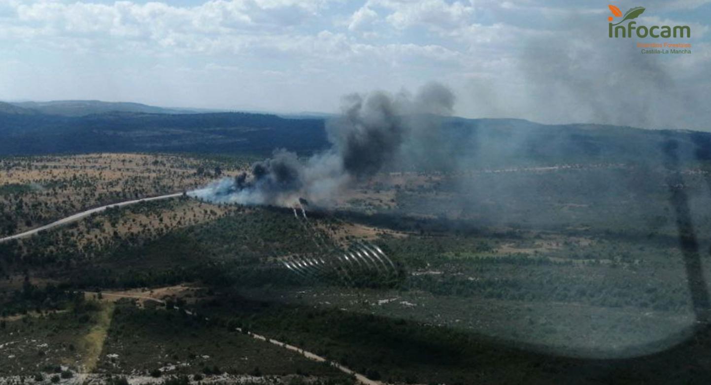 Un camión de combustible vuelca en Mazarete (Guadalajara) y provoca un incendio forestal