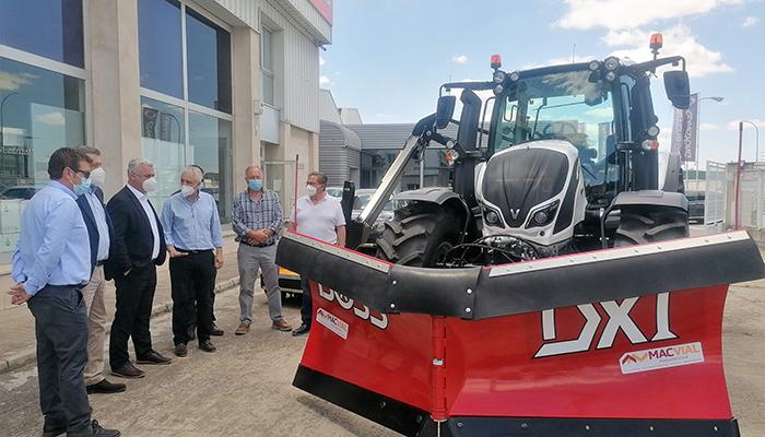 La Diputación de Guadalajara adquiere un nuevo tractor para desbroce de carreteras que en invierno podrá ser quitanieves
