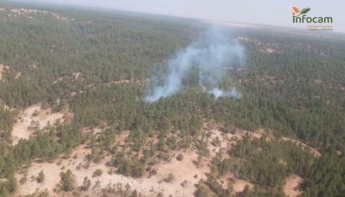Cinco medios, tres de ellos aéreos, y 23 personas luchan contra el fuego en Armallones