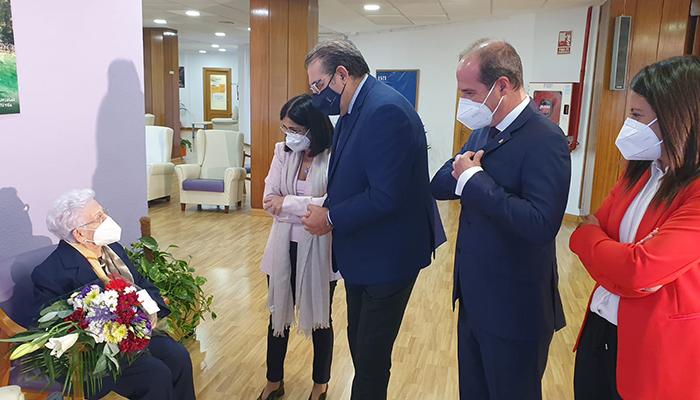 Araceli recibe la tercera dosis de la vacuna en presencia de la ministra de Sanidad